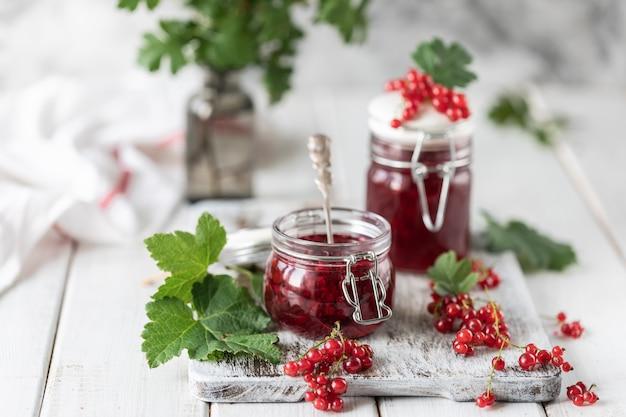 Frische hausgemachte marmelade oder sauce aus roten johannisbeeren in einem glas