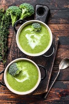 Frische hausgemachte sahne-brokkoli-suppe in der schüssel