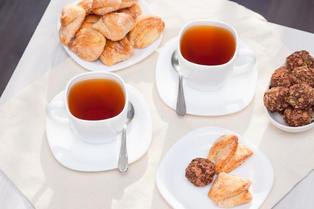 Frische hausgemachte zuckerkekse mit tee