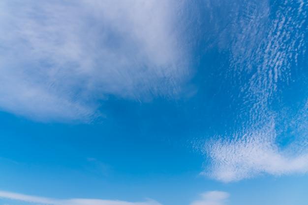 Frische helle bunte und schöne weiße wolken am blauen himmel tagsüber.