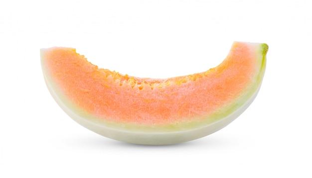 Frische honigtaumelone mit scheibe lokalisiert auf weiß