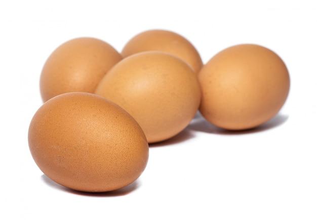 Frische hühnereier lokalisiert auf einem weißen hintergrund. eier als proteinquelle.