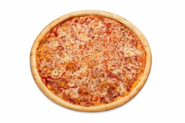 Frische italienische klassische pizza lokalisiert auf weißem hintergrund werbeflyer oder -plakat für das pizzeria-menü