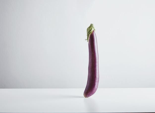 Frische japanische lange aubergine lokalisiert auf weiß