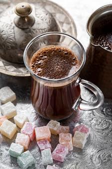 Frische kaffeetasse der nahaufnahme mit süßigkeiten