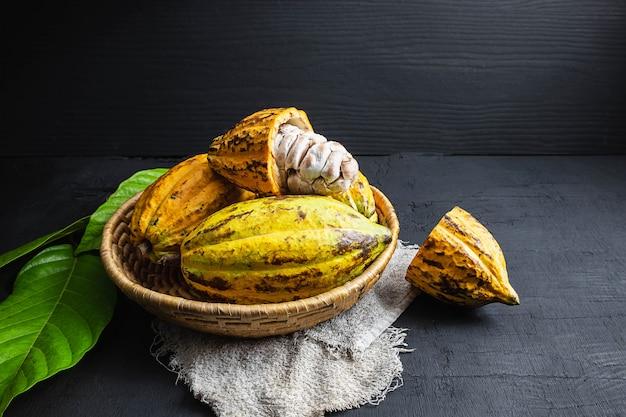 Frische kakaofrucht im korb