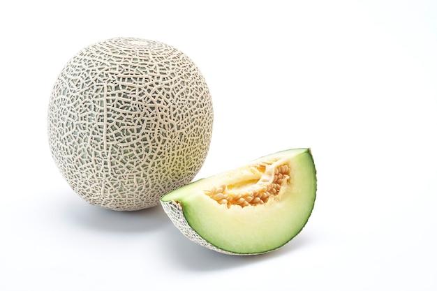 Frische kantalupenmelone auf dem weißen hintergrund. kreatives layout aus melone. essen concep