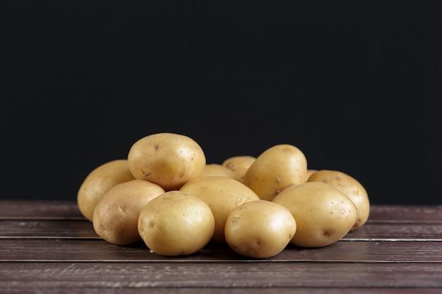 Frische kartoffeln auf dem holz