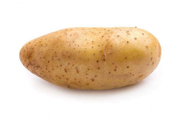 Frische kartoffeln getrennt über einem weißen hintergrund.
