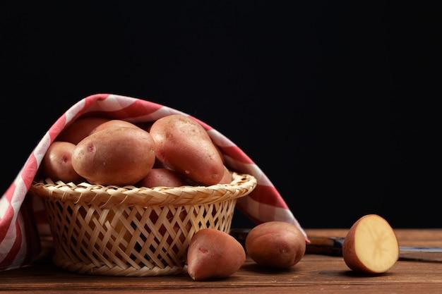 Frische kartoffeln im korb
