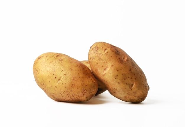 Frische kartoffeln isoliert auf weiß