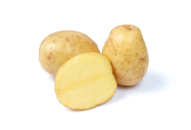 Frische kartoffeln isoliert auf weißem hintergrund