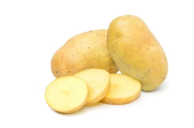 Frische kartoffeln mit geschnittenen isoliert auf weiß