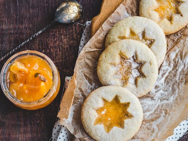 Frische kekse und orangenmarmelade. nahaufnahme, seitenansicht