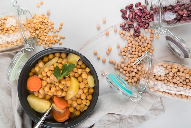 Frische kichererbsen und suppe in schüssel