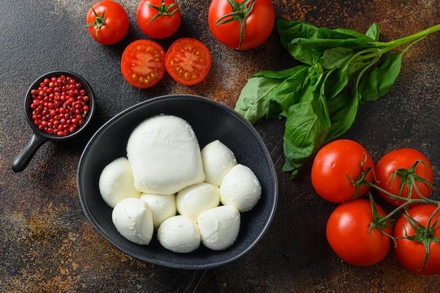 Frische kirschtomaten, basilikumblätter, mozzarella