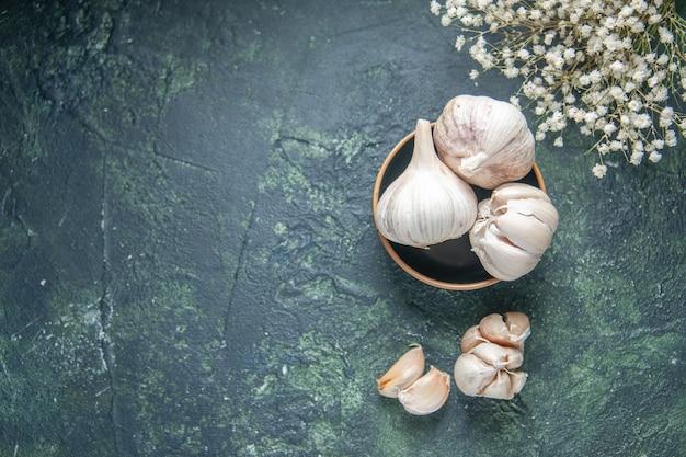 Frische knoblauchzehen der draufsicht auf grauem hintergrund pflanzliches gemüsesauergewürzgrün-nahrungsmittelpfeffer