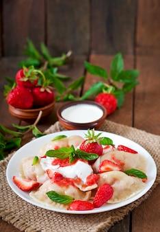 Frische knödel mit erdbeeren und sauerrahm
