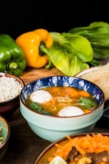 Frische köstliche fischballsuppe mit gemüse