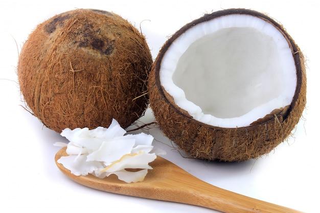 Frische kokosflocken und chips in rinde gelegt