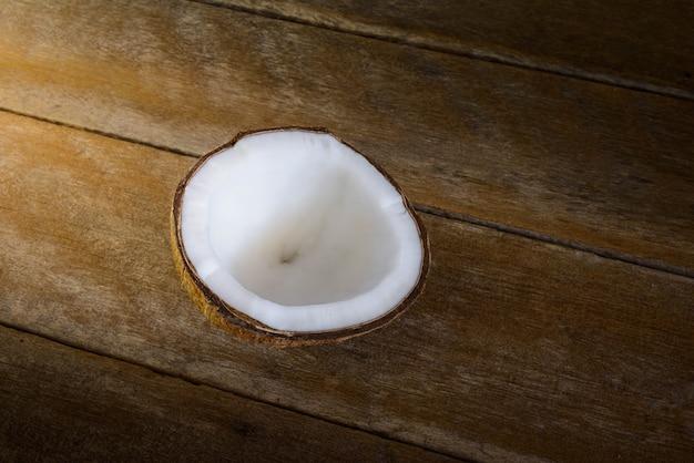 Frische kokosnüsse auf altem hölzernem