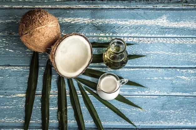 Frische kokosnüsse auf altem holztisch