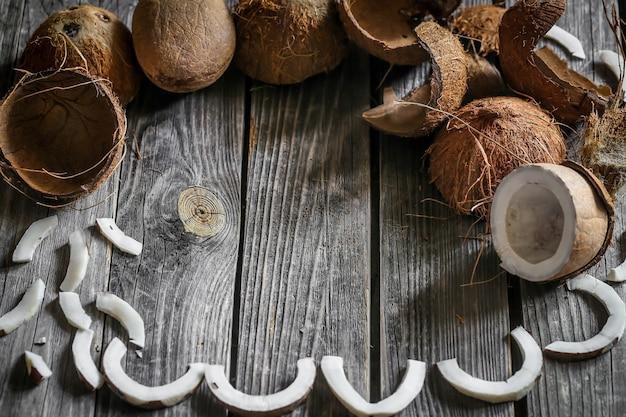 Frische kokosnüsse auf holzwand gebrochen