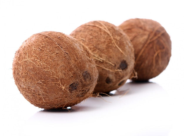 Frische kokosnüsse auf weißer oberfläche