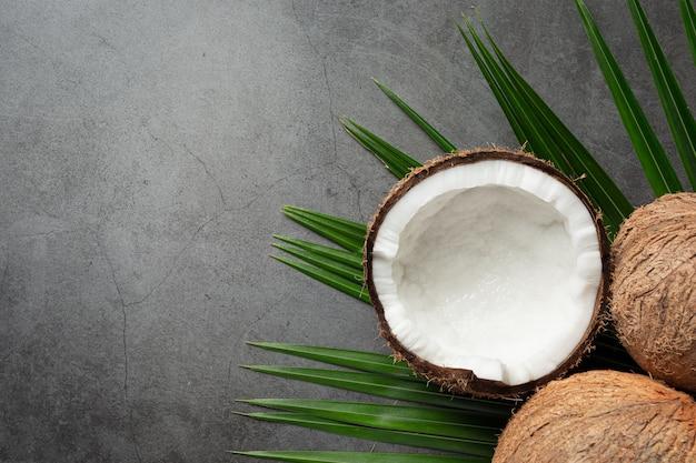Frische kokosnüsse setzen auf dunklen hintergrund