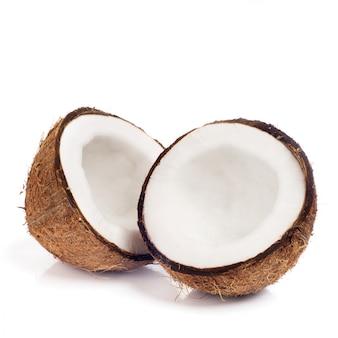 Frische kokosnuss auf weiß lokalisiert