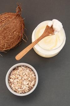 Frische kokosnussbutterflasche, für schönheitspflege oder gesundes veganes essen.