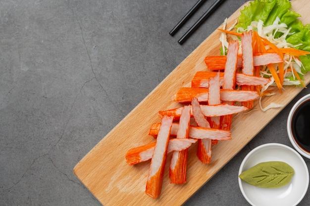 Frische krabbenstangen mit wasabi und sauce
