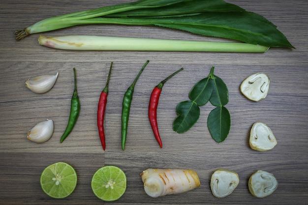 Frische kräuter und gewürze, zutaten für thailändisches scharfes essen