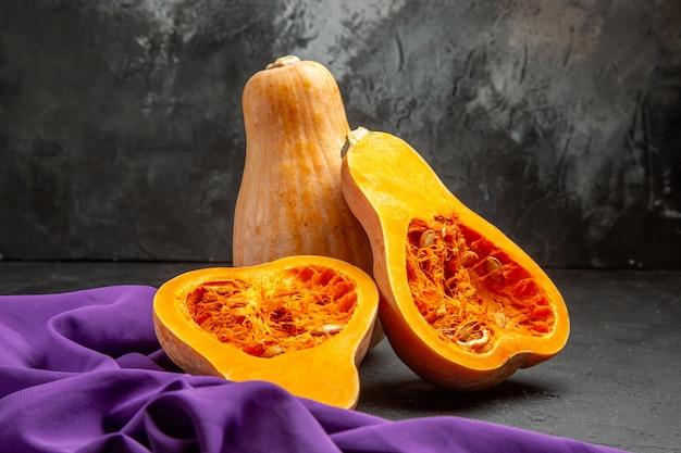 Frische kürbisscheibenfrucht der vorderansicht auf dem dunklen tisch färbt lebensmittelfrucht reif