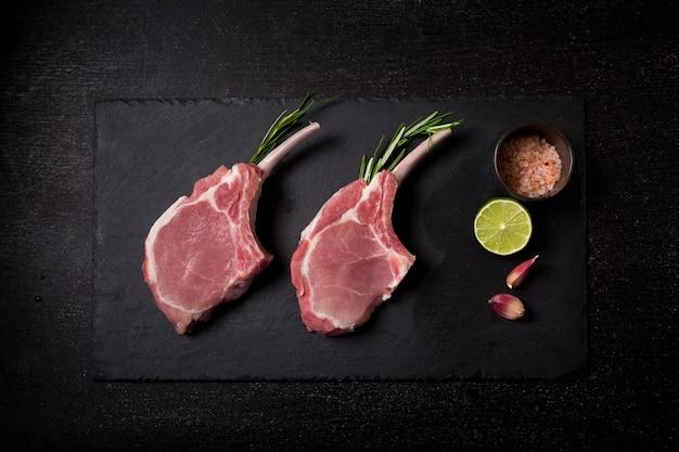 Frische lammkoteletts in der nähe von limette und gewürzen