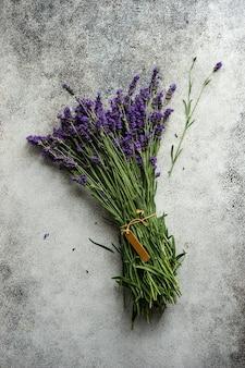 Frische lavendelblüten auf betontisch