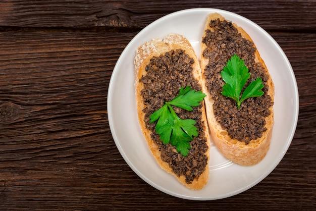 Frische leckere bruschetta mit trüffelsauce und petersilie. draufsicht