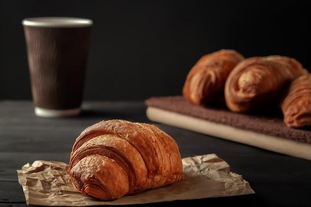 Frische, leckere croissants mit einer tasse duftendem kaffee