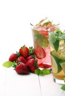 Frische leckere erdbeere und minze mojito