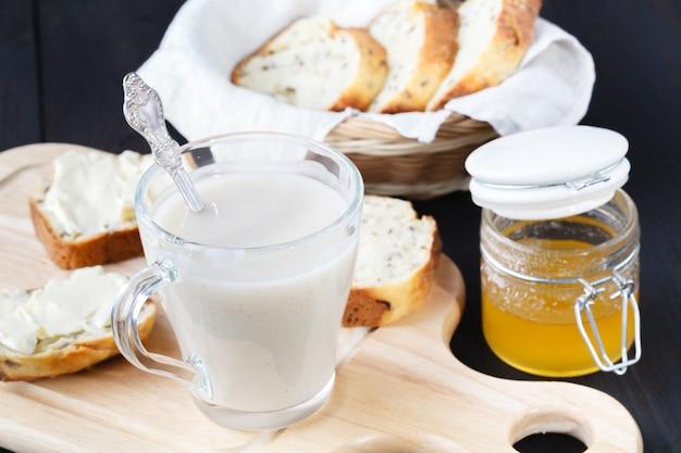 Frische leckere hafer-smoothies in gläsern