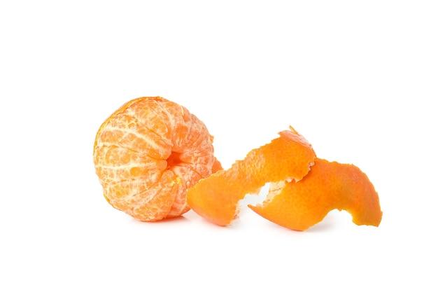 Frische leckere mandarine isoliert auf weißem hintergrund