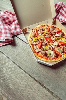 Frische leckere pizza auf holz