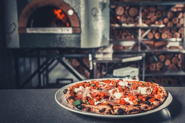 Frische leckere pizza auf weißer tellernahaufnahme