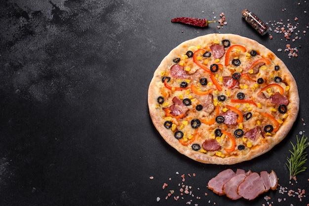 Frische leckere pizza aus dem ofen mit oliven, chili und schinken. mediterrane küche