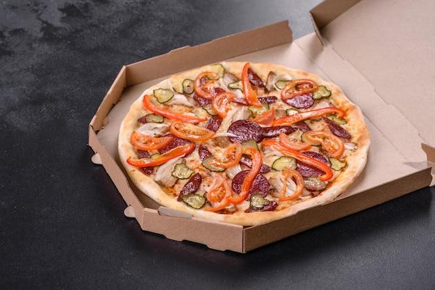 Frische leckere pizza aus dem ofen mit wurst, pfeffer und tomaten. mediterrane küche