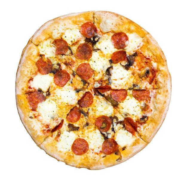 Frische leckere pizza mit peperoni, käse und pilzen auf weißem hintergrund. ansicht von oben.