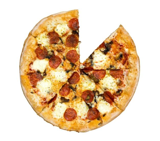 Frische leckere pizza mit peperoni, käse und pilzen isoliert auf weißem hintergrund ohne eine scheibe. ansicht von oben.