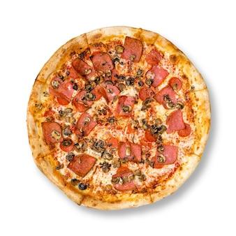 Frische leckere pizza mit peperoni, schinken und pilzen auf weißem hintergrund. ansicht von oben.