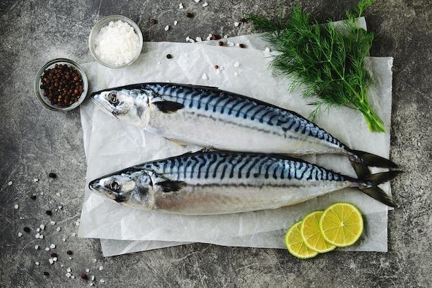 Frische leckere rohe makrele mit dill, limette, meersalz und schwarzem pfeffer