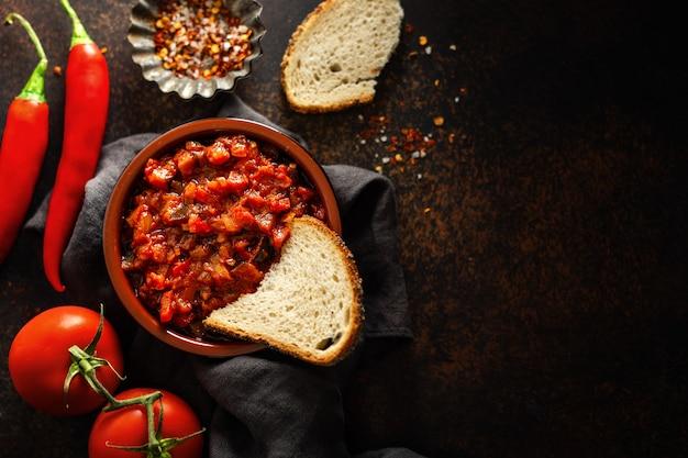 Frische leckere tomatensauce auf braun